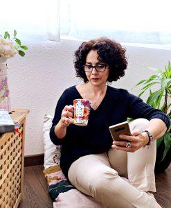 yo mirando una taza de cafe mientra analizo el email marketing