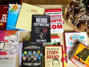 libros de marketing digital, persuasión , analítica web , gestión de redes sociales sobre mi mesa